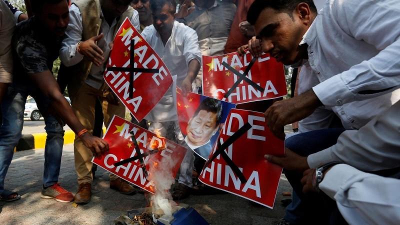 憤怒的民眾焚燒中國領導人習近平肖像洩恨。(影片截圖)