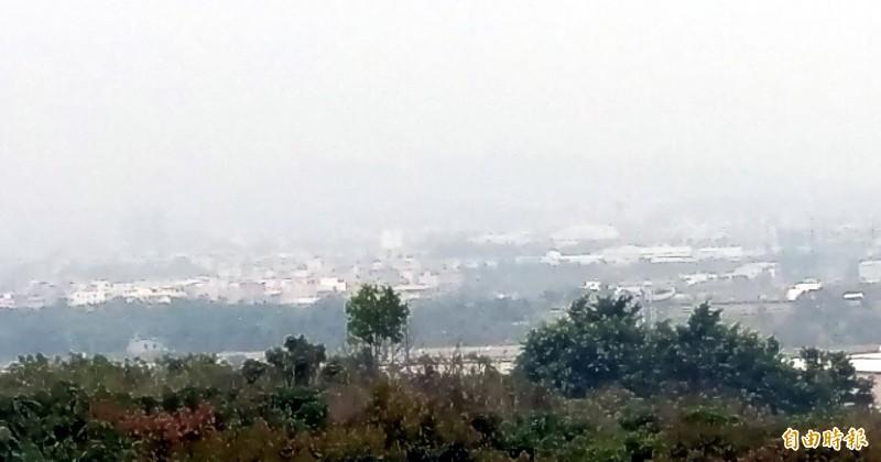 南投市區天空灰濛濛的,引發民眾對空氣品質的關心。(記者謝介裕攝)