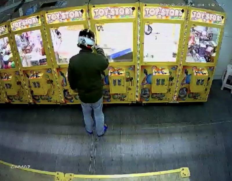 何男以萬用鑰匙行竊娃娃機台商品,至少犯下中彰15起娃娃機竊案。(記者湯世名翻攝)