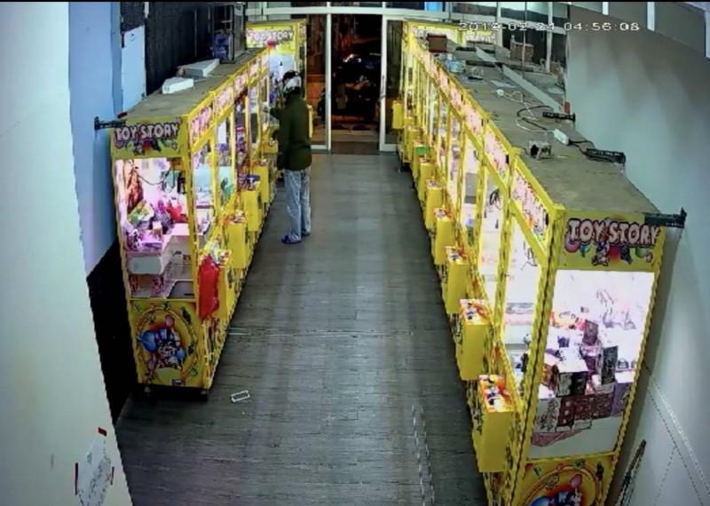 曾是娃娃機台主的何男以萬用鑰匙行竊娃娃機台商品,再上網便宜販售。(記者湯世名翻攝)