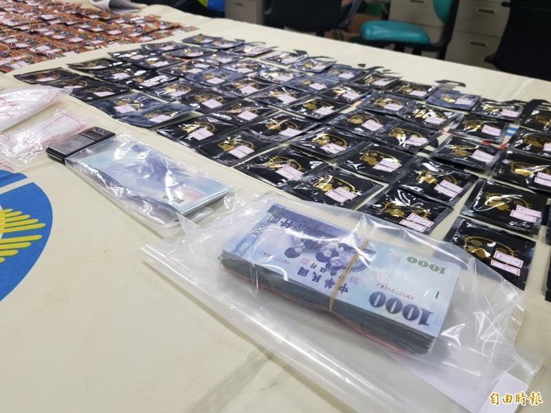 警方查獲各式毒品咖啡包369包,共3283公克餘及販毒所得新臺幣14萬3700元。(記者彭健禮攝)