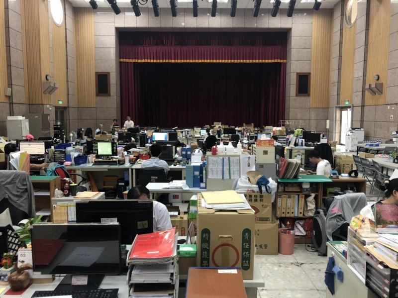 議員批評韓國瑜市長室整修,近百公務員被迫蹲大禮堂辦公。(記者葛祐豪翻攝)