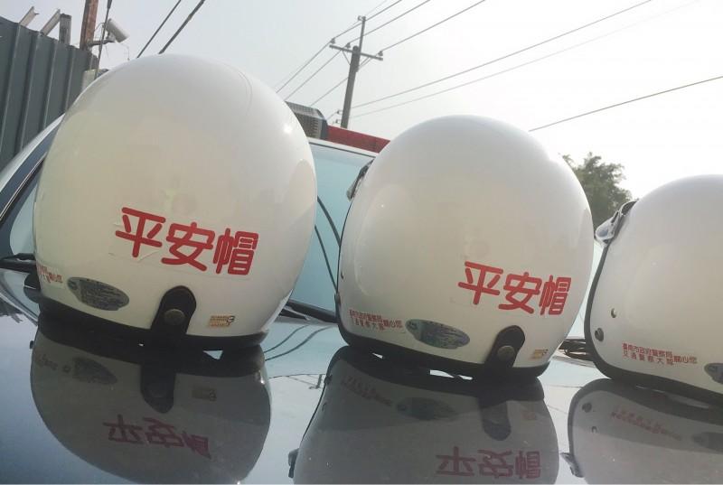 南市交警取締未戴安全帽的機車騎士同時提供平安帽給違規騎士配戴。(記者王俊忠翻攝)