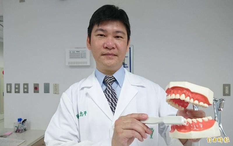 佳里奇美醫院牙科主任毛念平強調口腔清潔很重要,刷牙時不能只刷牙齒表面,和牙齦接觸處更要清洗乾淨。(記者楊金城攝)