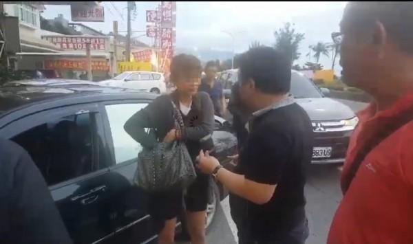 台南市一分局警方到屏東枋山查獲涉嫌殺害前男友的尤姓女子(中)。(資料照,記者王俊忠翻攝)