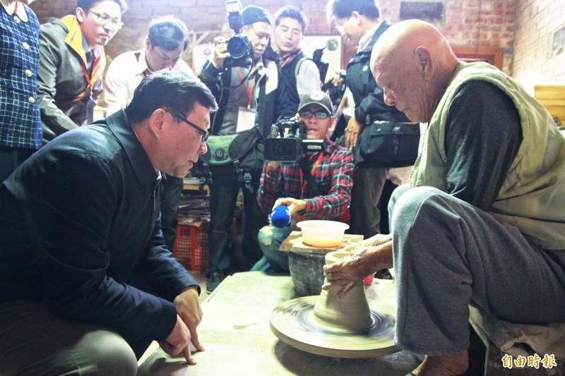 林添福(右)於90歲時,示範手拉坯。(資料照,記者彭健禮攝)