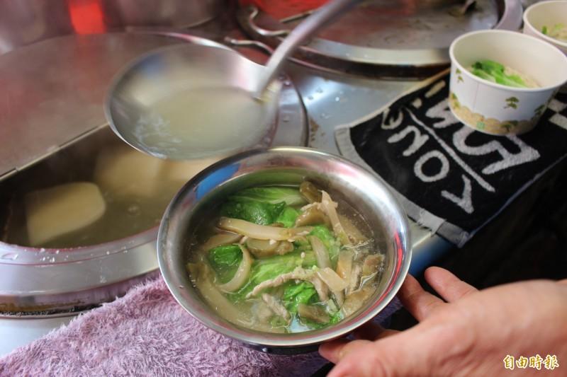 店裡的麵食把煮好的麵條撈起放入鐵碗,再搭配青菜食材,淋上用菜頭熬煮的湯汁,美味滿分。(記者張聰秋攝)