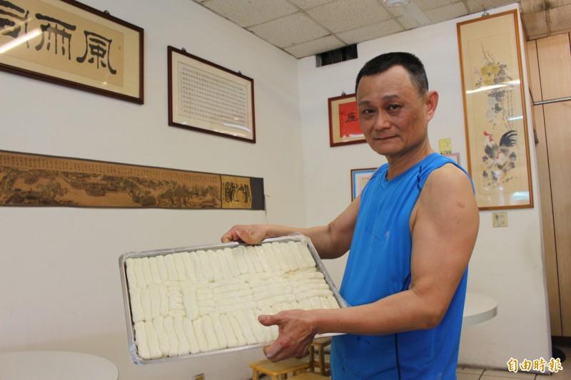 軍人退休的邢紀國,長年揉麵、拉麵、煮麵,練就出壯實肌肉的臂膀。(記者張聰秋攝)