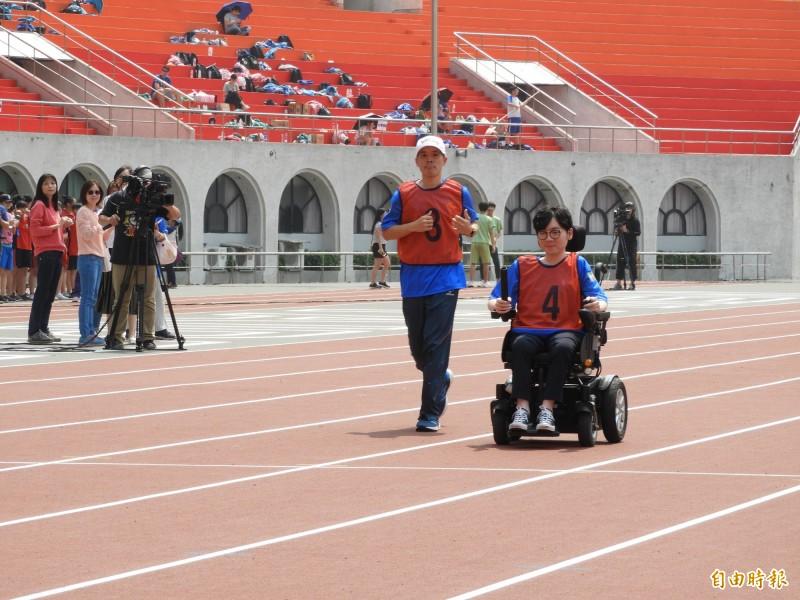 陳彥瑀手推輪椅跑完大隊接力的100公尺。(記者賴筱桐攝)