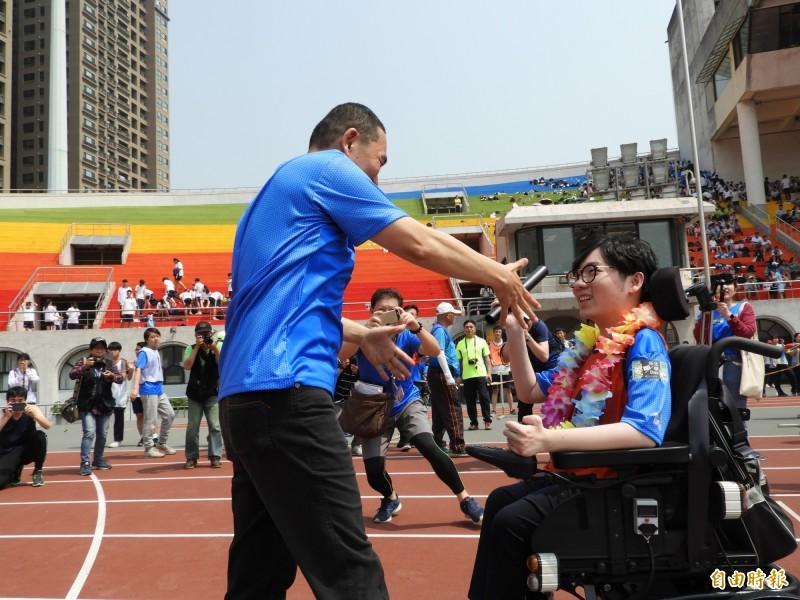 陳彥瑀抵達終點時,新北市長侯友宜上前迎接。(記者賴筱桐攝)