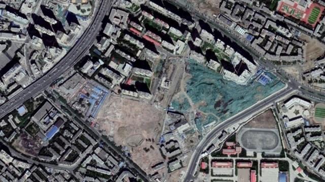 烏魯木齊黑甲山社區被強拆,改造社區,夷平低樓層住宅,將居民移到高樓居住,強迫同化維吾爾族。(圖擷取自Google地圖衛星照片)