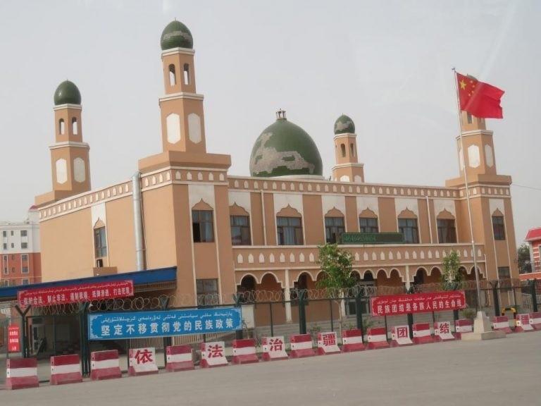 烏魯木齊一座清真寺的頂部月牙被拆除,門口升起五星旗。(擷取自《寒冬》網站)