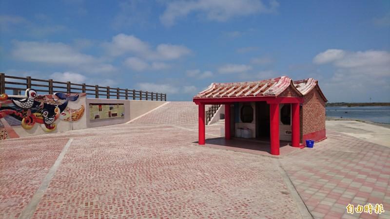 北門井仔腳豬母廟(鎮海將軍廟)位在鹽田海堤旁。(記者楊金城攝)