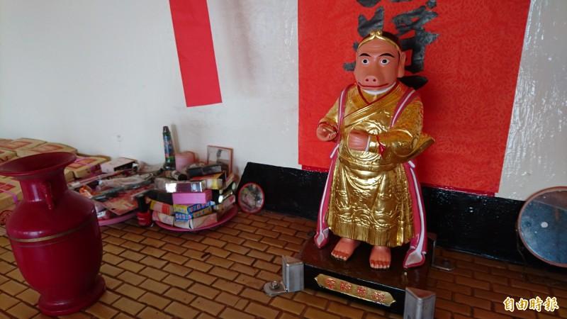 「豬母娘娘」金身修復,請回鎮海將軍廟安座,信眾拜粉餅、口紅和香水求姻緣。(記者楊金城攝)