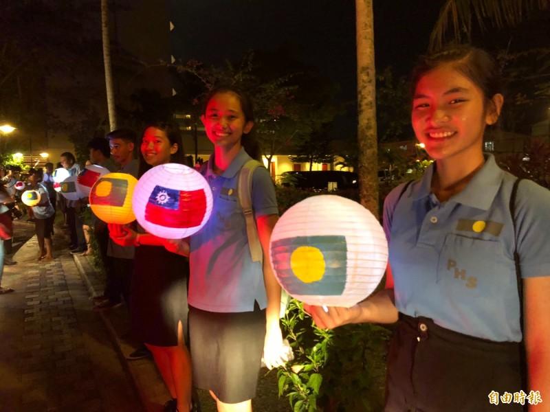 蔡英文總統今日晚間抵達帛琉訪問,在抵達下榻的帛琉老爺大酒店前,帛琉當地學生以手製的燈籠沿途點燈歡迎總統等一行。(特派記者蘇永耀攝)