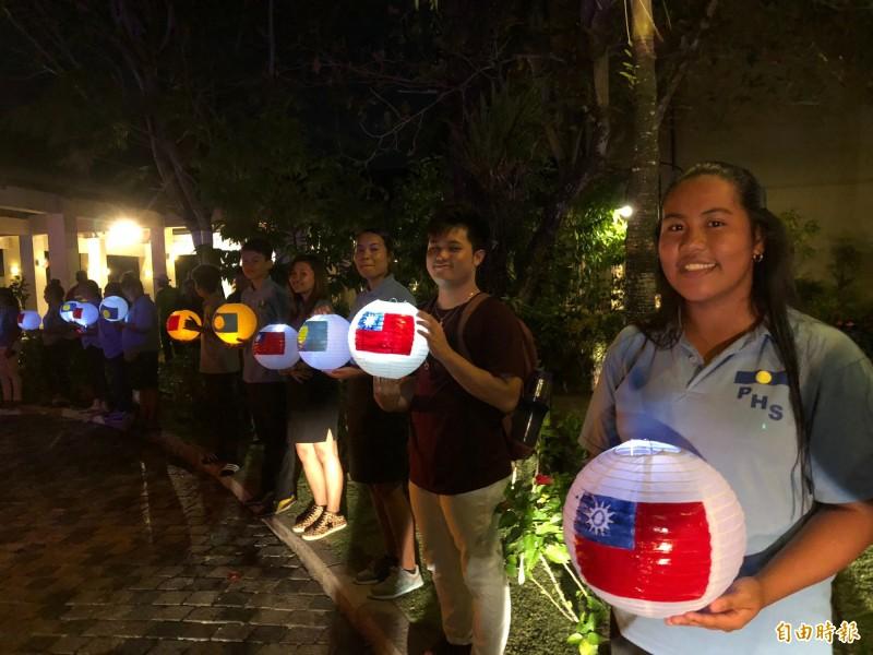 帛琉當地學生以手製的燈籠沿途點燈歡迎總統等一行。(特派記者蘇永耀攝)