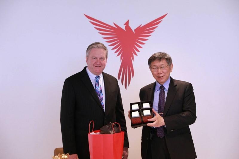 台北市長柯文哲(右)出席台北市進出口同業公會與亞特蘭大商會簽署備忘錄儀式,並接受媒體聯訪。(台北市政府提供)