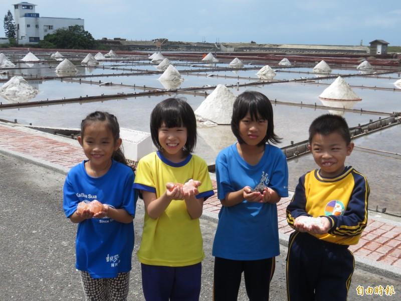 「鹽」來如此!小學生當鹽工 體驗338年鹽業史