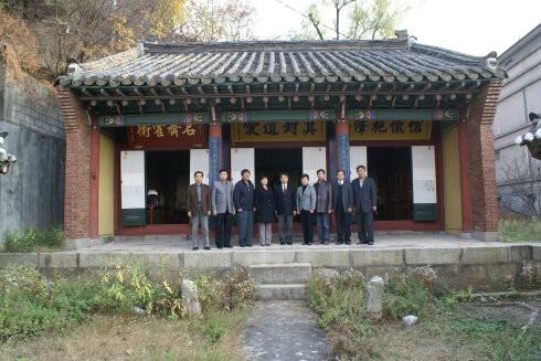 牌匾位於韓國「漢城華僑中學」內。(記者顏宏駿翻攝)