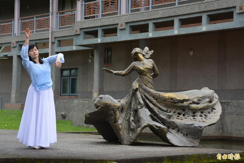 宜蘭市公所在中山公園羅曼菲紀念雕像旁舉辦追思會。(記者游明金攝)