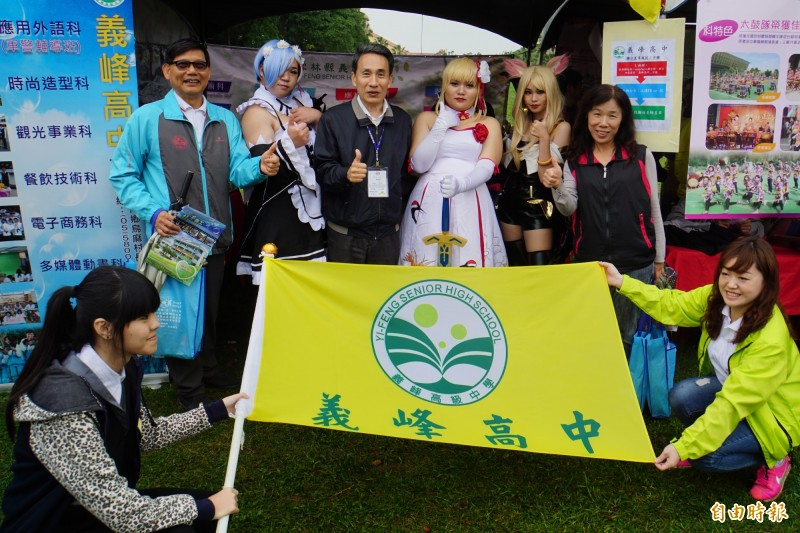義峰高中學生cosplay的打扮相當到位。(記者詹士弘攝)