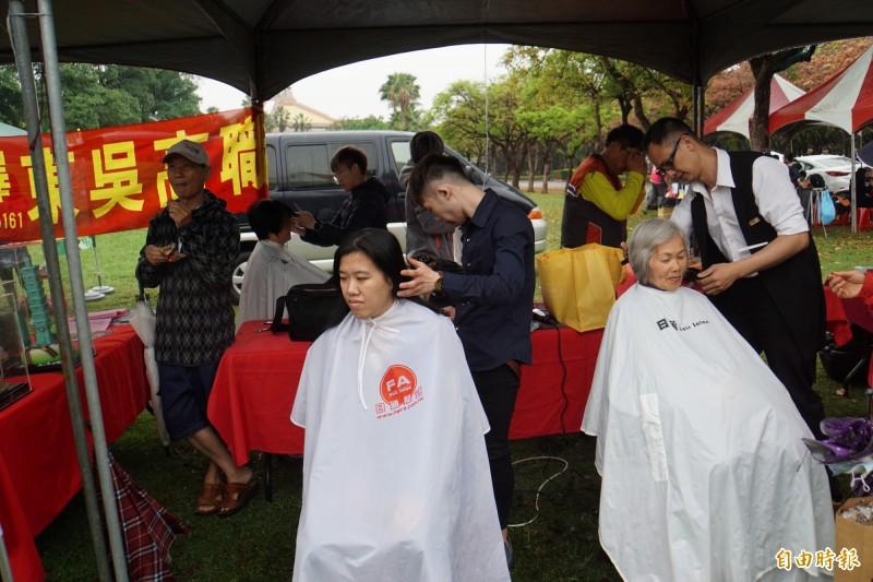 教育博覽會中還有義剪活動,學生展現美髮技巧。(記者詹士弘攝)