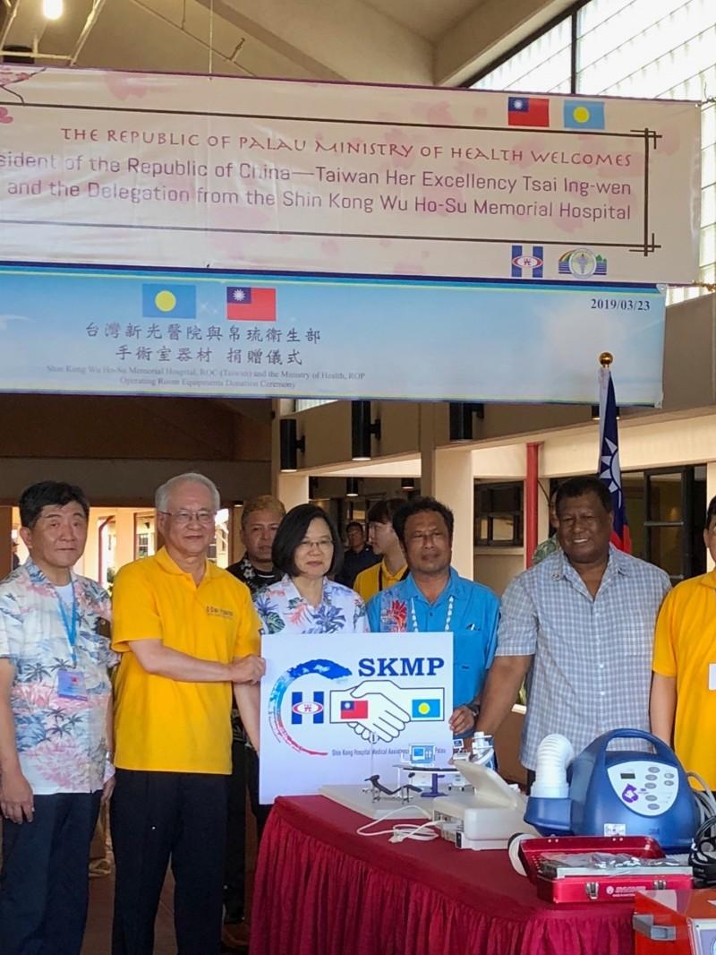 蔡英文總統「海洋民主之旅」今天下到往帛琉國家醫院,見證台灣新光醫院與帛琉衛生部醫療器材捐贈儀式。(特派記者蘇永耀攝)