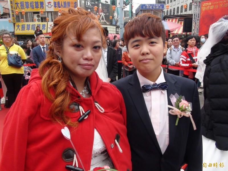 女同志伴侶王彩玲(左)與林芷翎(右)參加「大甲媽嫁女兒」集團婚禮。(記者張軒哲攝)