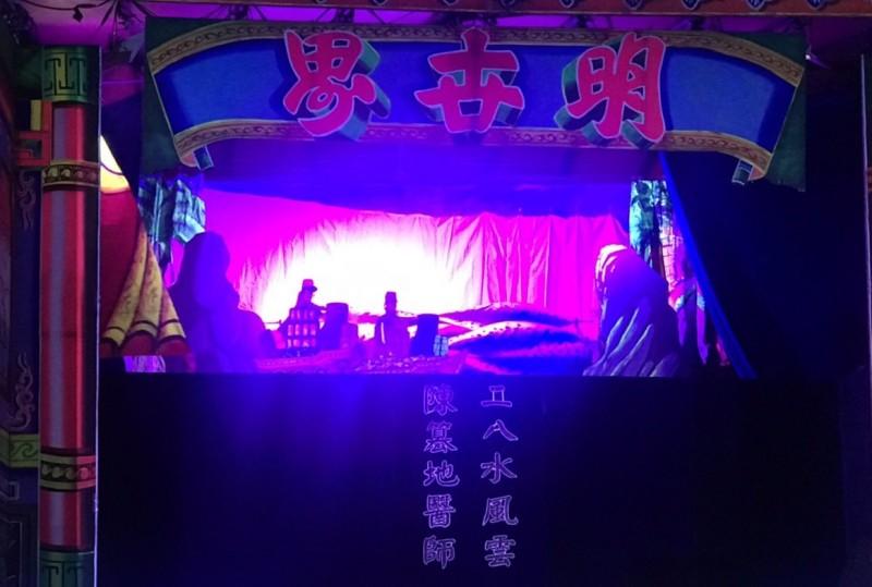 (《二八水風雲錄:陳篡地傳奇》掌中戲晚間公演。(記者許國楨翻攝)