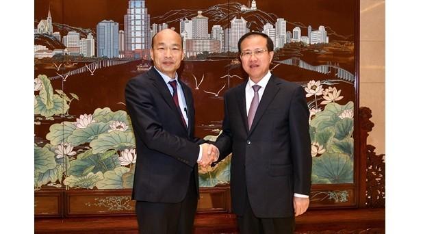 韓國瑜與澳門中聯辦主任傅自應(右)碰面。(取自澳門中聯辦)