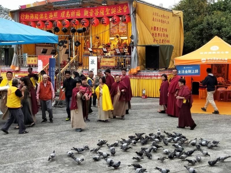 行動佛殿第33站抵高雄旗山,啟建《 恭祝觀世音菩薩聖誕法會》,意外吸引眾多鴿子前來覓食。(圖/世界佛教正心會提供)