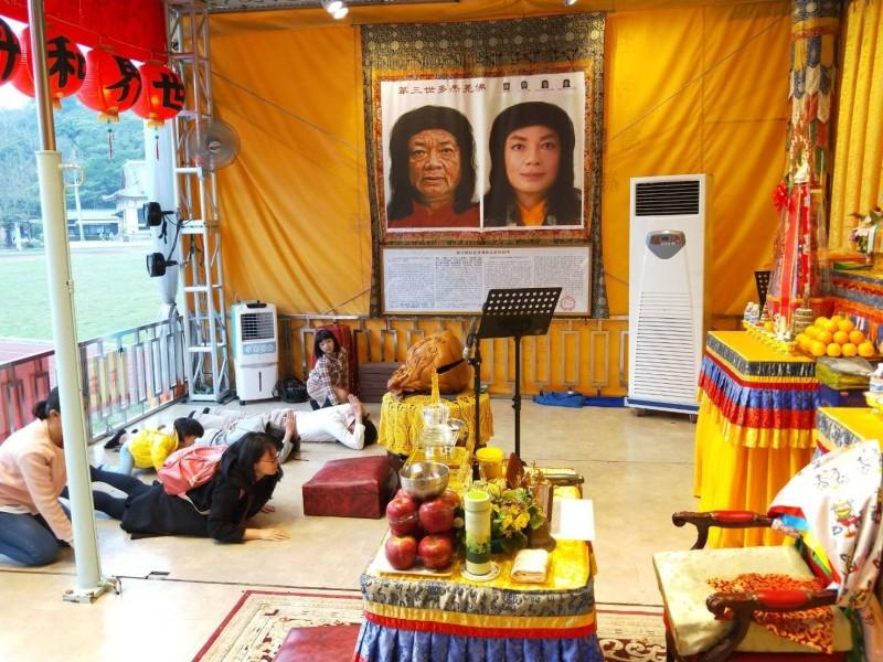 參加觀世音聖誕法會信眾,特別以大禮拜姿勢向佛菩薩虔誠參拜。(圖/世界佛教正心會提供)
