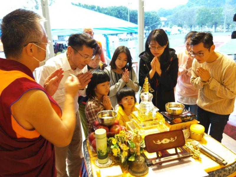 參加觀世音聖誕法會信眾瞻仰佛舍利。(圖/世界佛教正心會提供)