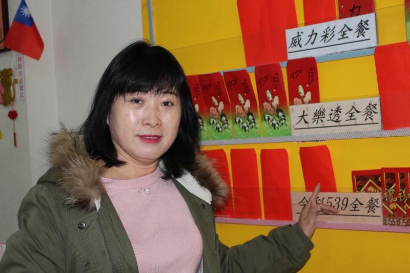 彩券行老闆娘陳家珮開店18個月第1次開出頭獎。(記者張聰秋攝)