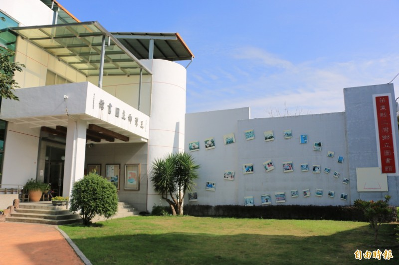 三灣圖書館小巧精緻,綠美化打造溫馨空間,也養成許多忠實讀者。(記者鄭名翔攝)