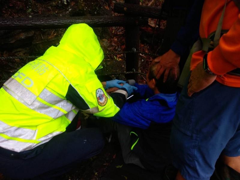消防人員趕到為吳姓老翁檢查是否受傷。(記者歐素美翻攝)