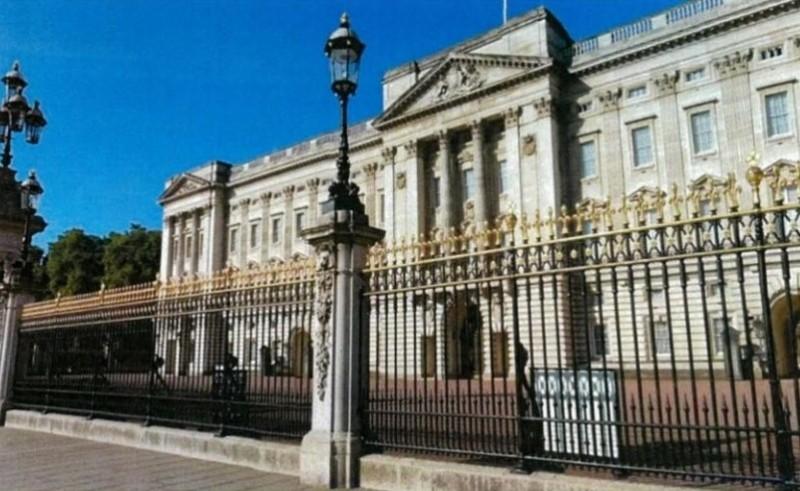文化部審議委員建議,總統府設立的景觀圍籬,應可比照英國白金漢宮前庭欄竿風格。(圖為總統府報告中附上的白金漢宮前庭照片)