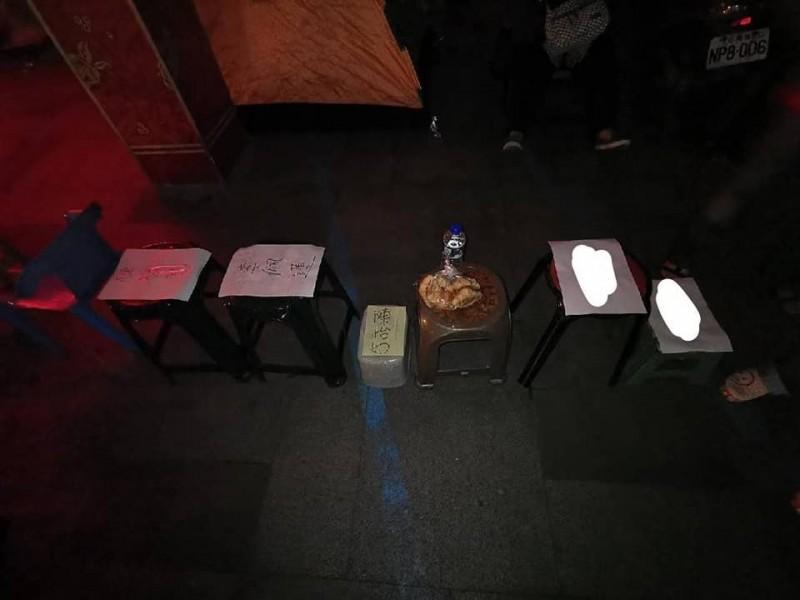 昨晚就有人到羅東鎮公所放椅子排隊。(記者江志雄翻攝)