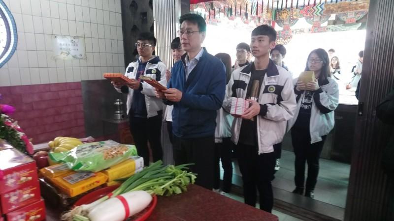 中壢高商校長蘇鴻銘帶學生向土地公祈福。(中壢高商提供)
