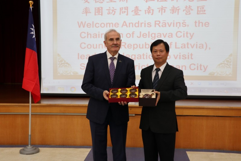 雅格瓦市長來台北參加「2019智慧城市展」,不忘南下探訪老友,新營區長魏文貴贈新營陶藝茶具固情誼。(圖由新營區公所提供)