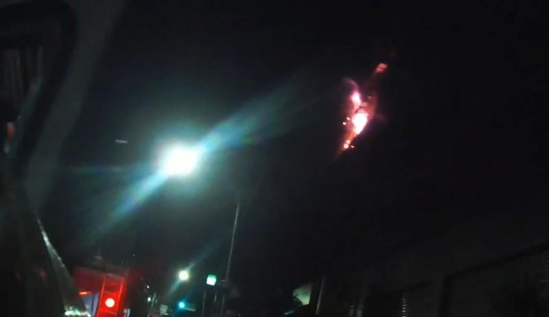 消防隊員趕抵時,現場已經竄出火舌。(記者吳昇儒翻攝)