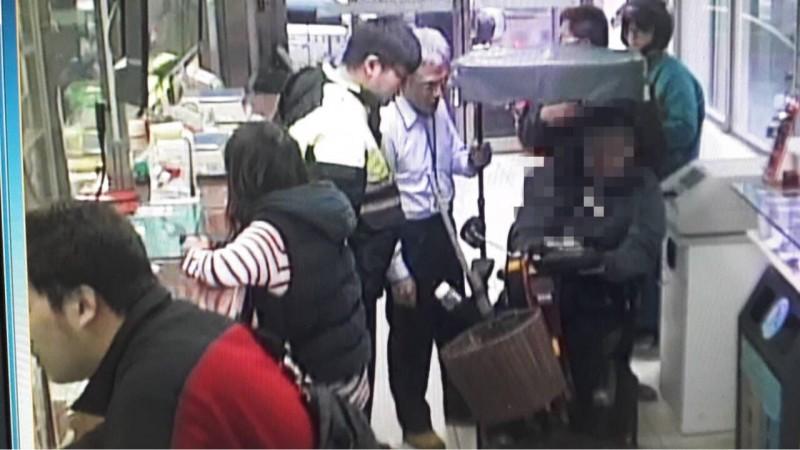 警員趕抵現場與行員共同阻詐。(記者吳昇儒翻攝)