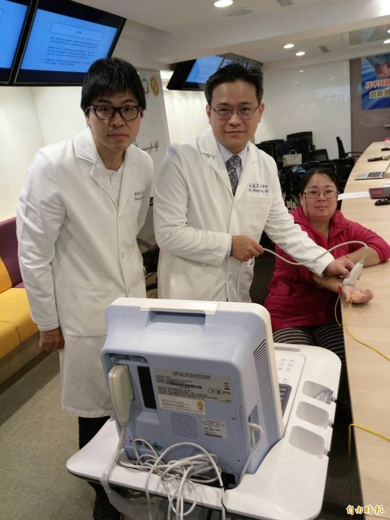 左起為傳統醫學科醫師唐佑任、骨科醫師吳孟晃、病患邱小姐。(記者吳亮儀攝)