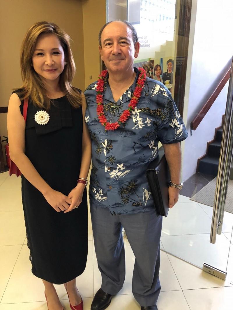 澳洲駐馬紹爾大使George Fraser也出席國際婦女會議,左為來自台南的大使夫人。(特派記者蘇永耀攝)