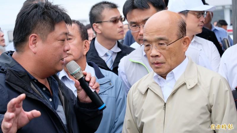 行政院長蘇貞昌(右)到貢寮鮑產地向養殖戶加油打氣,並宣布未來貢寮鮑產季,將限制國外活體、冷凍鮑魚進口。(記者林欣漢攝)