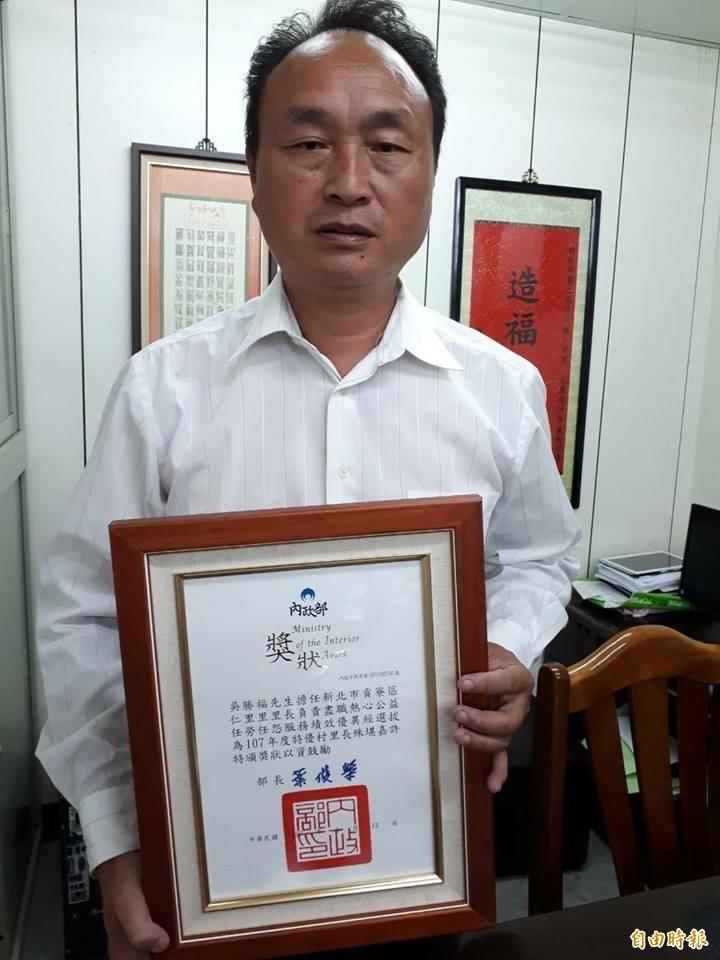 新北市鮑魚生產合作社理事主席吳勝福說,如果貢寮鮑產地價格不是每台斤300元,他願負起法律責任。(記者林欣漢翻攝)