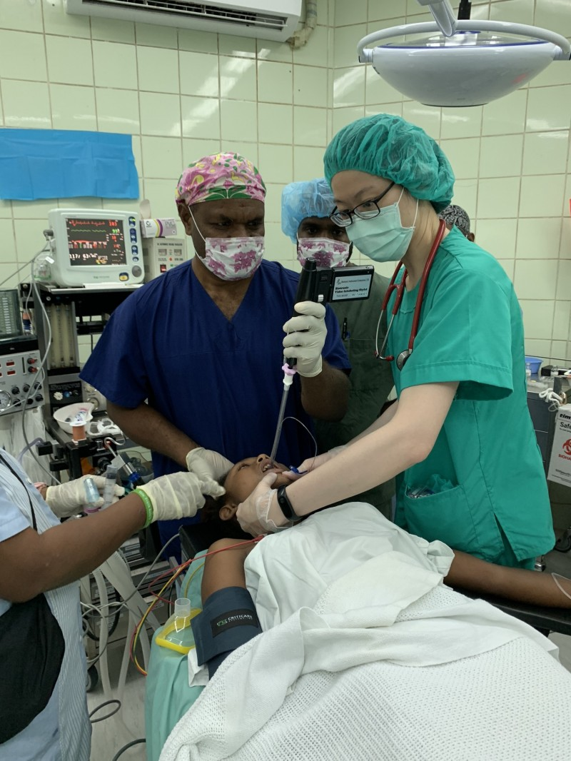 高醫麻醉科醫師蘇妙佩(右)指導索國醫師使用台灣捐贈的影像輔導插管設備,為病人進行麻。(圖由高醫提供)