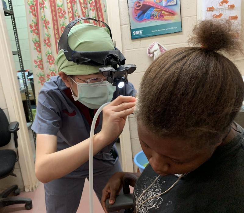 高醫耳鼻喉醫師林逸筑(左)為索國病患診治耳。(圖由高醫提供)