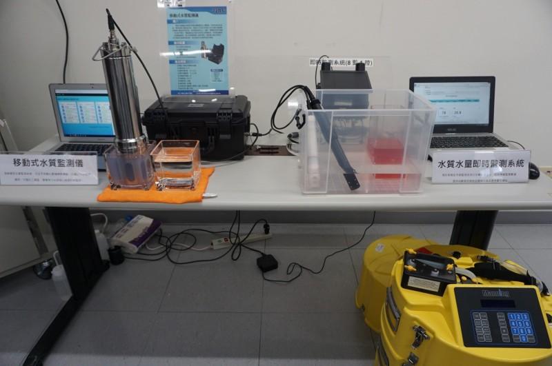 環保人員稽查廢水偷排使用的水質水量即時監測系統。(環保署提供)
