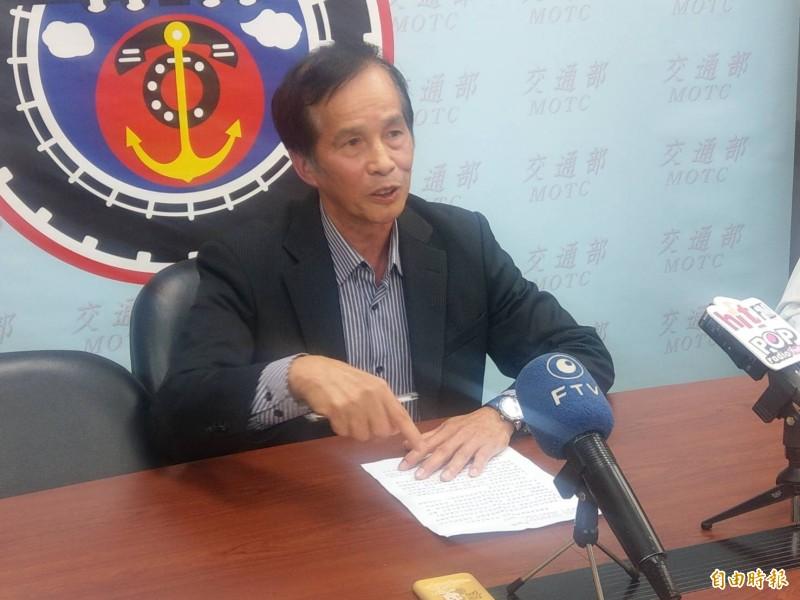 台鐵局電務處長陳瑞聰說明台鐵將採購2列電車線高速檢查車。(記者鄭瑋奇攝)